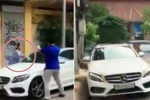Bị thách thức, cụ bà ở Sài Gòn lao vào đập nát xe Mercedes