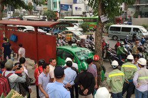 Taxi mất lái 'húc' vào 2 ô tô, 'húc' tiếp gốc cây, 2 người bị thương