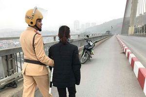 CSGT ngăn người phụ nữ nhảy cầu Bãi Cháy tự tử