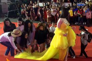Lộ clip chứng minh Thư Dung thuê người đến cổ vũ lộ liễu ở thảm đỏ Mai Vàng