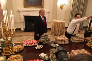 Chính phủ Mỹ đóng cửa, ông Trump mua thức ăn nhanh đãi khách ở Nhà Trắng