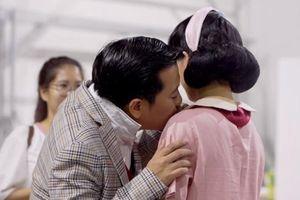 Chiều vợ như Trường Giang: Sẵn sàng 'nâng khăn sửa áo' cho Nhã Phương bất kể chỗ nào