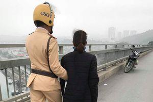 Ngăn chặn kịp thời người phụ nữ định nhảy cầu Bãi Cháy tự tử