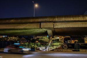 Trắng đêm rào đường, xén dải phân cách để chống ùn tắc ở Hà Nội