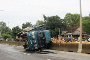 Xe tải chở keo bất ngờ bị lật trên quốc lộ 1A