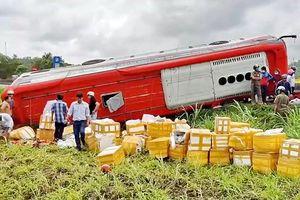 Xe khách lật trên quốc lộ 1, 20 hành khách hoảng loạn