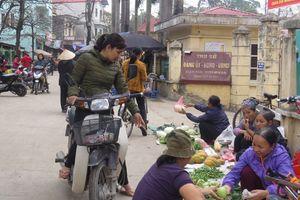 Chợ cóc 'bủa vây' trụ sở UBND xã Sơn Đồng