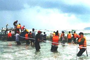 Huế: Cứu sống 2 ngư dân bị lật thuyền khi đang đánh bắt trên biển