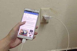 Chàng trai 17 tuổi dập nát bàn tay vì dùng điện thoại đang sạc