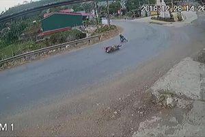 Khúc cua 'tử thần' khiến xe máy cứ đi qua là ngã