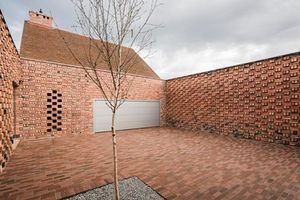 Ấn tượng ngôi nhà bằng gạch đỏ tái chế lạ mắt
