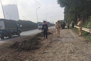 CSGT Hà Nội 'xử lý nhanh' vệt đất, cát rơi trên đường cao tốc đảm bảo an toàn cho người tham gia giao thông