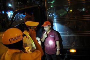 TP.HCM: CSGT kiểm tra ma túy, nồng độ cồn của tài xế trong đêm