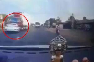 Cố tình vượt ẩu, ô tô bị xe container tông trực diện