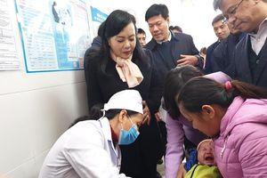 Trẻ có biểu hiện sốt, quấy khóc, sưng đau, đỏ... sau tiêm là phản ứng thông thường