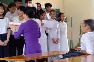 Cảm giác 'thốn' nhất đời học sinh: Cả lớp lên nhận giấy khen trừ vài người học kém bị bỏ lại bơ vơ