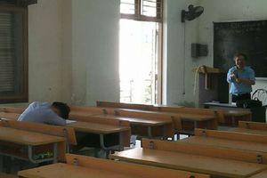 Thấy nam sinh say giấc suốt buổi học, thầy giáo không chửi mắng trách phạt mà làm điều này khiến nhiều người ngạc nhiên