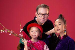 Xốn xang khi ngắm gia đình Đoan Trang rực rỡ với áo dài nhung của NTK Đức Hùng