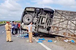 Xe khách lật nghiêng bên đường QL1A, 20 hành khách may mắn thoát chết