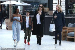 Angelina Jolie mặc đồ kín đáo, để mặt mộc khi đi mua sắm cùng các con
