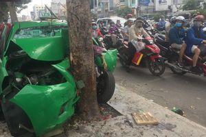TP.HCM: Taxi bể nát khi tông thẳng vào gốc cây
