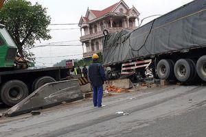 Xe chở hoa quả mất lái đè lên xe bán tải, người dân giúp tài xế gom hàng