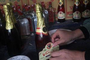 Cận cảnh quy trình sản xuất rượu vang từ cồn và phẩm màu