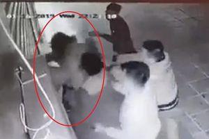Cô gái trẻ bị 4 thanh niên trêu ghẹo, hành hung dã man