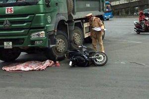 Xe máy va vào xe tải, bé 2 tuổi văng xuống đường tử vong