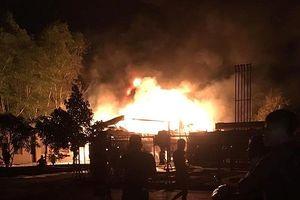 Cháy lớn ở cây xăng, nhiều người hoảng sợ