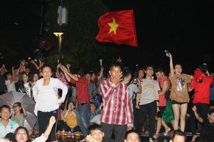 Đội mưa trong đêm khuya cổ vũ tuyển Việt Nam đá Asian Cup 2019