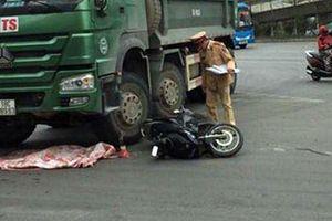 Bé 2 tuổi tử vong do xe máy va xe tải tại Hà Nội