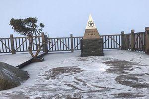 Trời rét đậm, nhiệt độ giảm thấp, băng tuyết phủ trắng đỉnh Fansipan