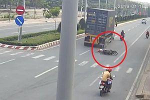 Clip: Va chạm với xe máy, 4 người bị container cán thương vong
