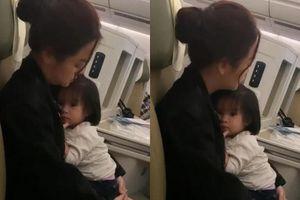Văn Mai Hương ghi hình cảnh Phạm Quỳnh Anh mệt mỏi vẫn ôm chặt con gái chạy show diễn