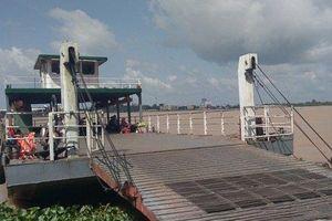 Tìm kiếm nạn nhân mất tích khi xe tải lao từ phà xuống sông Hậu