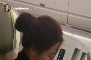 Hình ảnh Phạm Quỳnh Anh ôm con gái trên máy bay gây xúc động mạnh