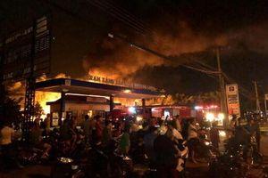 Đồng Nai: Đang tiếp nhiên liệu tại cây xăng, xe bồn bỗng phát hỏa bốc cháy dữ dội