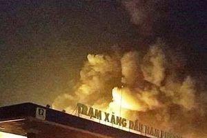 Đồng Nai: Xe bồn bỗng nhiên phát hỏa, cây xăng bốc cháy dữ dội