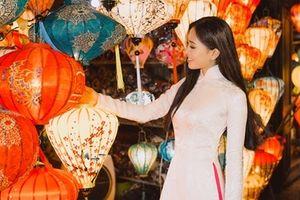 Hoa hậu Trần Tiểu Vy tham gia nhiều hoạt động trong đêm giao thừa ở Hội An