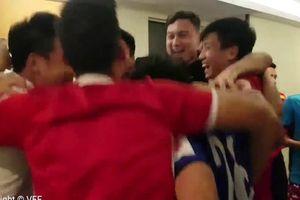 Clip: Đội tuyển Việt Nam ôm nhau ăn mừng khi 'lọt cửa hẹp' vào vòng 1/8 ASIAN Cup 2019