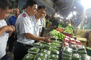 Kiểm tra an toàn thực phẩm ở chợ đầu mối Thủ Đức lúc rạng sáng
