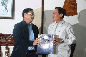 Chủ tịch UBND huyện Hoàng Sa thăm và tặng quà các nhân chứng