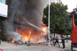 Sau tiếng nổ lớn, 2 cửa hàng ăn uống ở Hà Nội bốc cháy dữ dội
