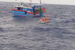 Tàu cá cùng 11 thuyền viên gặp nạn trong vùng gió giật mạnh