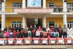 Hải quan Bắc Phong Sinh trao quà cho các em học sinh nghèo
