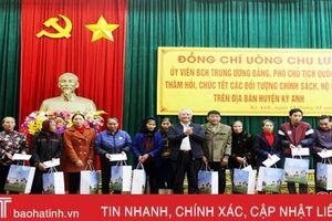 Phó Chủ tịch Quốc hội Uông Chu Lưu tặng quà, chúc tết người dân Hà Tĩnh