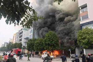 Hà Nội: Một cửa hàng ăn uống ở Nguyễn Văn Huyên bốc cháy dữ dội