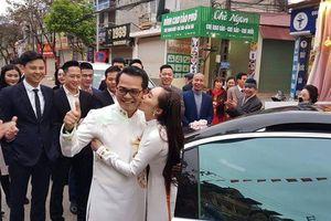 Bà xã xinh đẹp của NSND Trung Hiếu hôn chồng ngọt ngào trong lễ cưới tại Sơn La