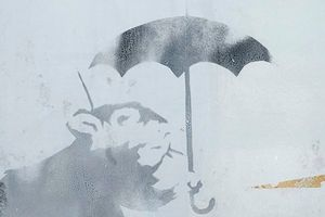 Nhật Bản xôn xao về bức vẽ 'chuột cầm ô' bí ẩn ở nhà ga Tokyo